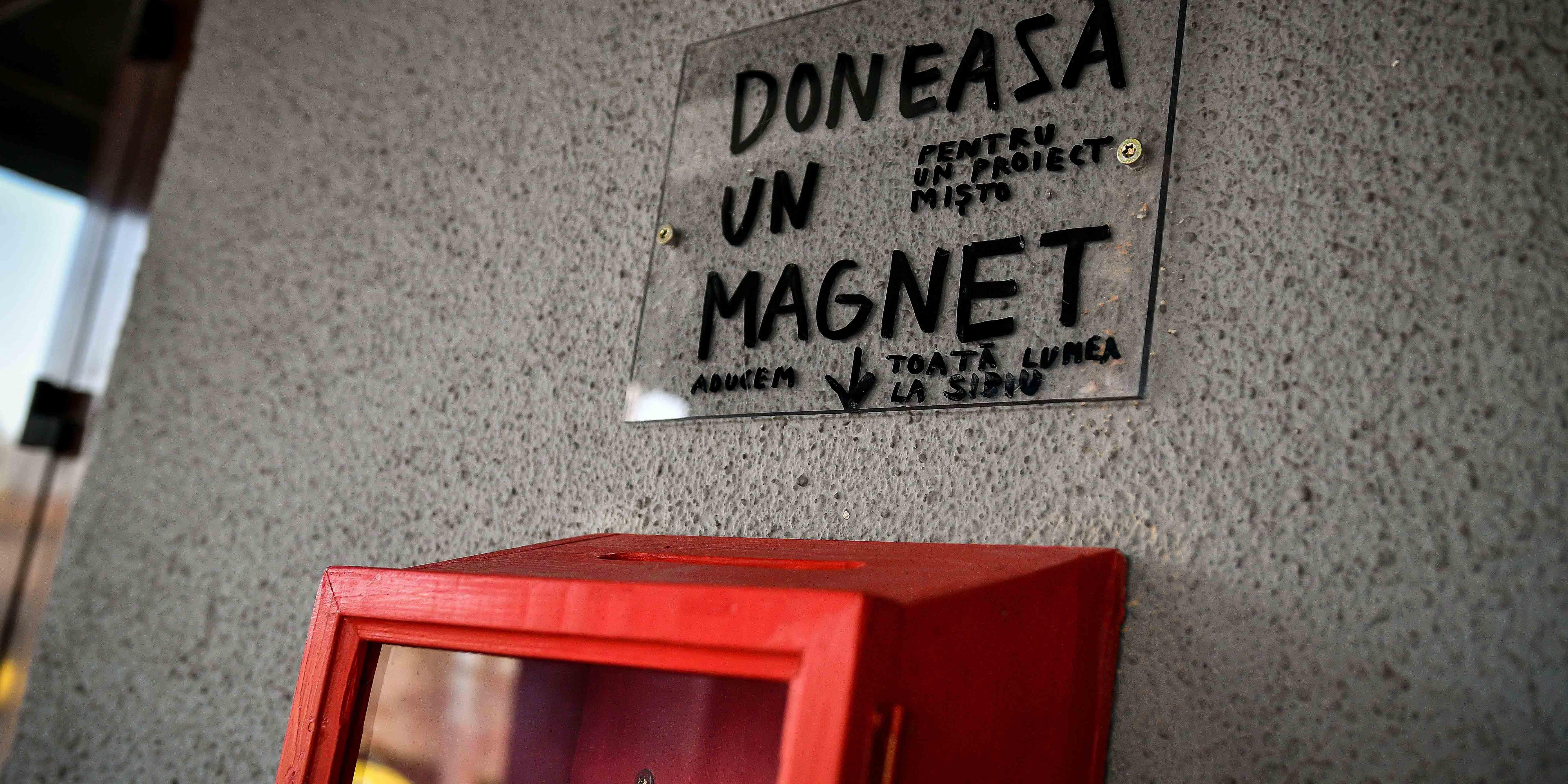 """""""Cerul de magneți"""" - noul proiect Dan Perjovschi și Teatrul Național Radu Stanca"""