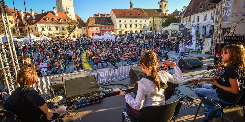 """Sute de chitarişi cântă la unison în Piaţa Mică. Vineri, la """"Sibiu Guitar Meeting"""""""