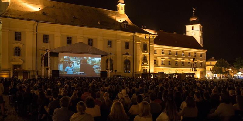 """2000 de spectatori în Piața Mare, la proiecția filmului """"Bacalaureat"""""""